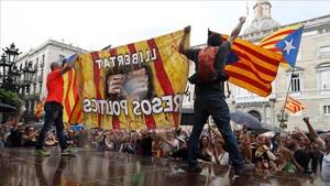 Un grupo de independentistas subidos a una plataforma en la plaza de Sant Jaume donde la asociación Hablamos Español había convocado una manifestación.