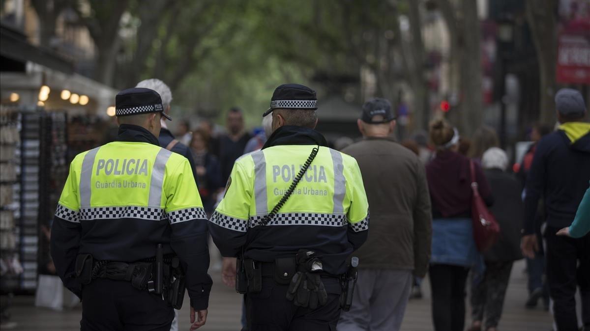 Dos detenidos en Barcelona por ir en una moto robada y tener cuatro órdenes de búsqueda