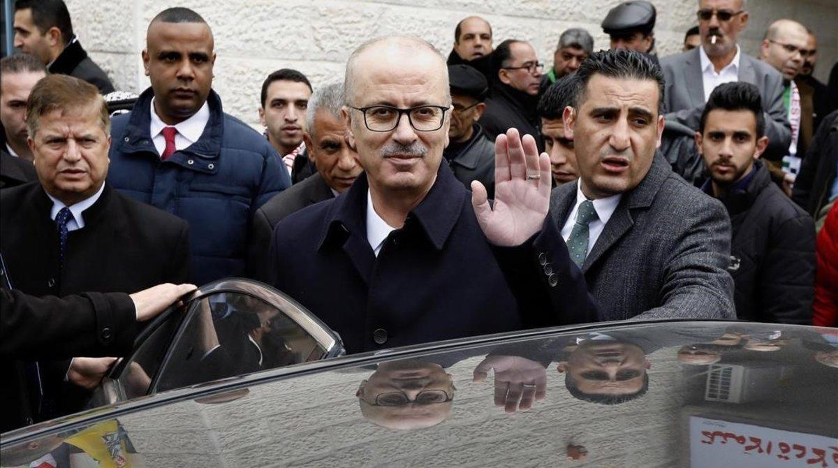 El hasta ahora primer ministro palestino, Rami Hamdal (centro).