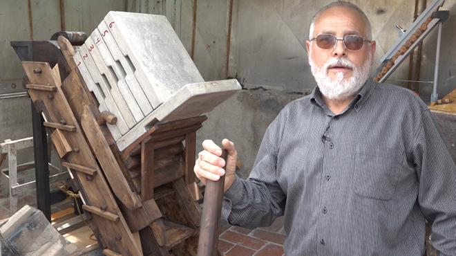 Herminio Fernández, carpintero jubilado, diseña una máquina para construir las pirámides de Egipto.