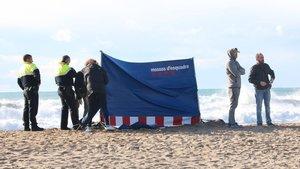 Los Mossos d'Esquadra, con un hombre ahogado en la playa de Les Botigues de Sitges, en noviembre del 2018.