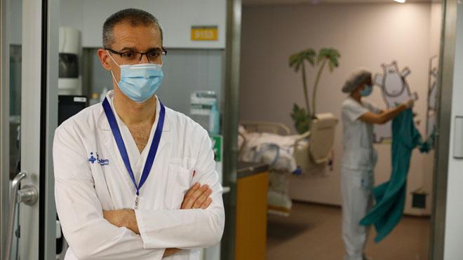 El Hospital Vall d'Hebron hace el primer trasplante en España a un paciente curado de coronavirus. En la foto, el jefe de la uci pediátrica de Vall d'Hebron, Joan Balcells.