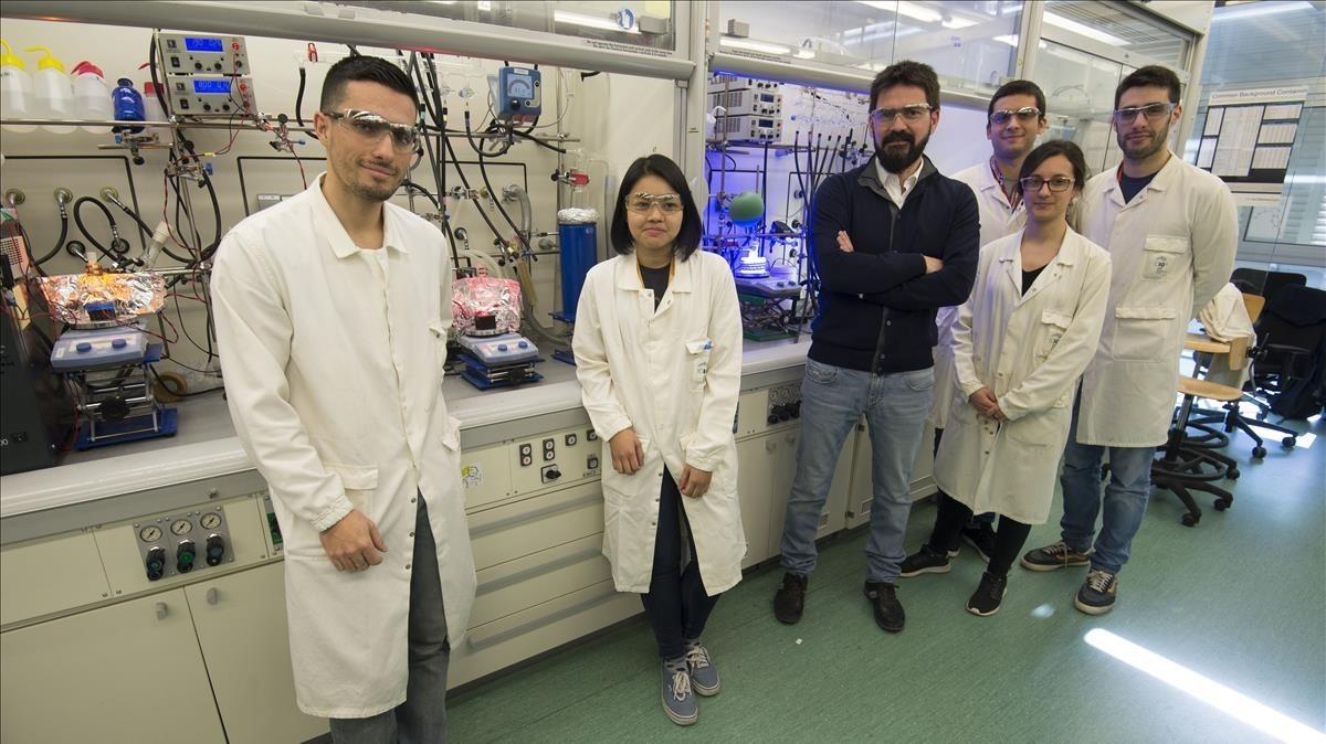 Paolo Melchiorre, de azul, con miembros de su equipoen su laboratorio de fotoquímica, enelICIQ deTarragona.