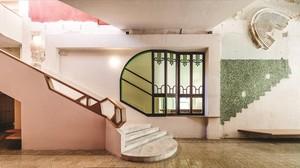 El primer piso del la Sala Beckett conserva los antiguos rosetones y ventanales de la cooperativa.