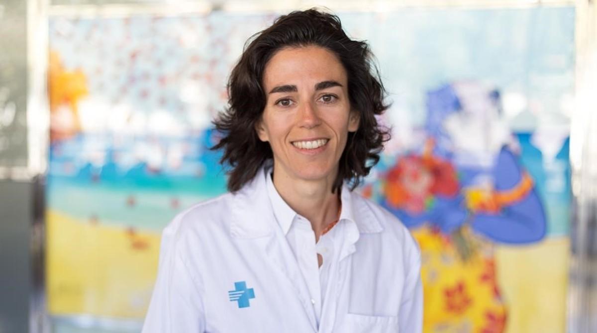 La doctora Patricia Pozo, en los jardines del Hospital del Vall d'Hebron.
