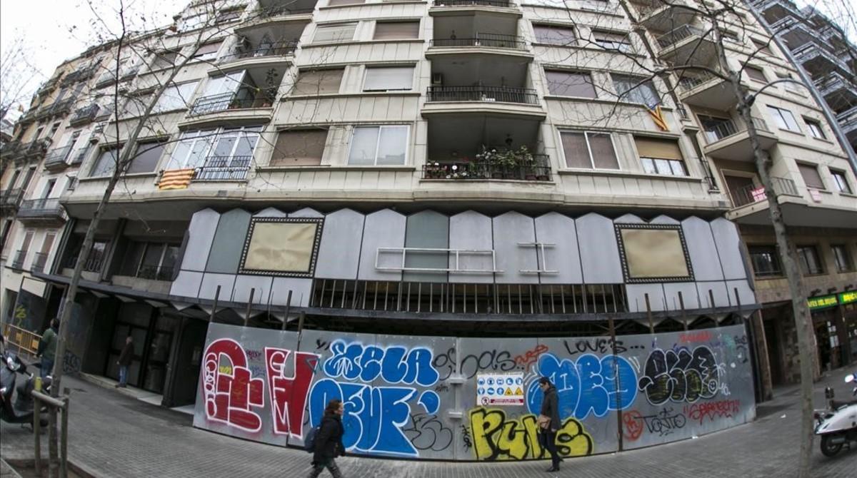 La fachada del desaparecido cine Urgell, ya sin las letras que la han iluminado durante medio siglo.