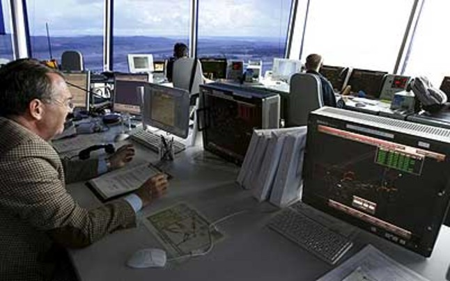Imagen de archivo de controladores aéreos en la torre de control de Barajas.