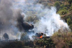 Imagen del camión incendiado el 24 de septiembre de 2019 en la C-16 con humo y llamas alrededor.