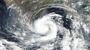 Imagen del superciclón Amphan tomada desde un satélite.