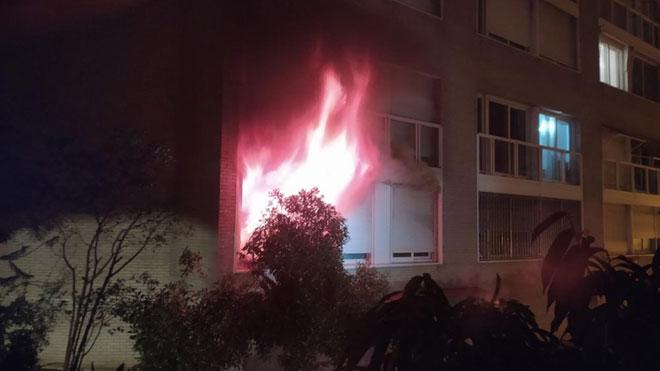 Un incendio de madrugada en la Vila Olímpica de Barcelona se salda con cuatro heridos graves.