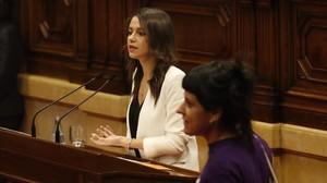 Inés Arrimadas (Ciutadans) interviene en el debate de la moción de confianza de Puigdemont. Delante, Anna Gabriel (CUP).