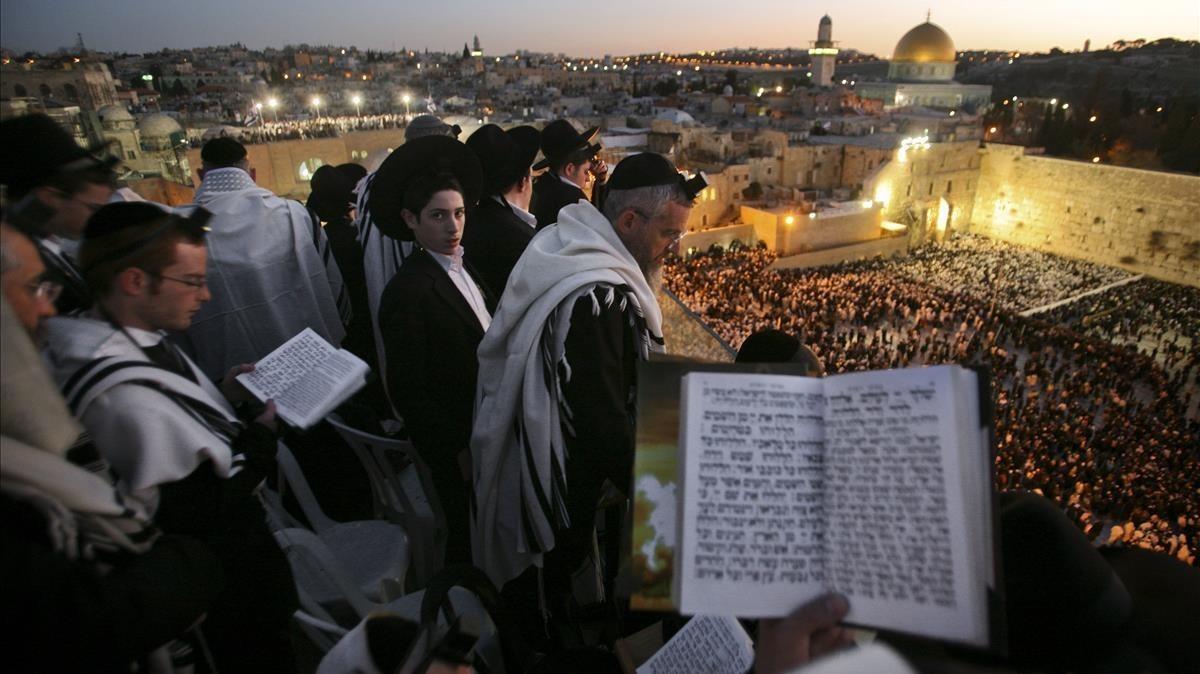 Un grupo de judíos ultraortodoxos en un rezo en Jerusalén.