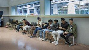 La sala de espera de Ciutat Vella este miércoles también ha acogido a dos menores subsaharianos, de Ghana y de Gambia.