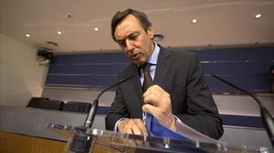 Rafael Hernando se prepara para la rueda de prensa que ha ofrecido este martes en el Congreso.