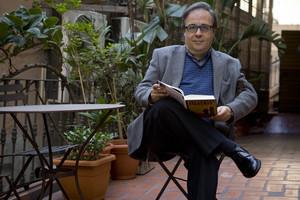 Joan Barril, en la presentación de lu libro 201 contes corrents en la librerñia Laie de Barcelona, en noviembre del 2009.