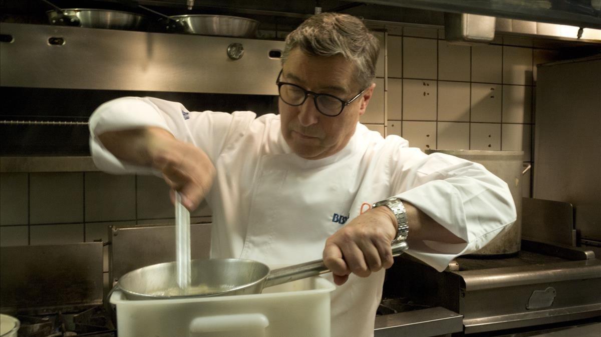 Joan Roca prepara uno de sus platos en la cocina de un restaurante en West Hollywood.