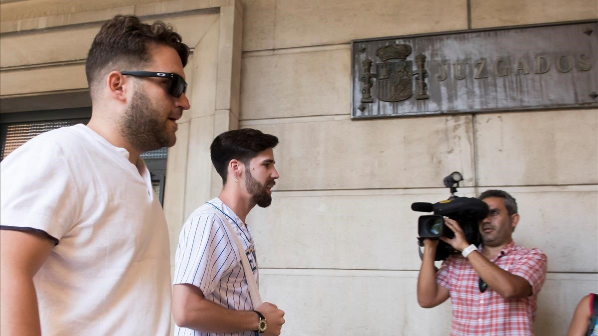 José Ángel Prenda y Jesús Escudero, dos de los condenados de La Manada, cobran ya un subsidio de ayuda y el paro, respectivamente.