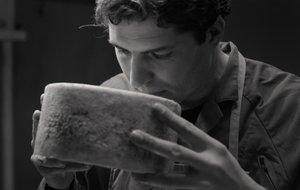 José Antonio Fandos, con uno de sus quesos de oveja artesanos.