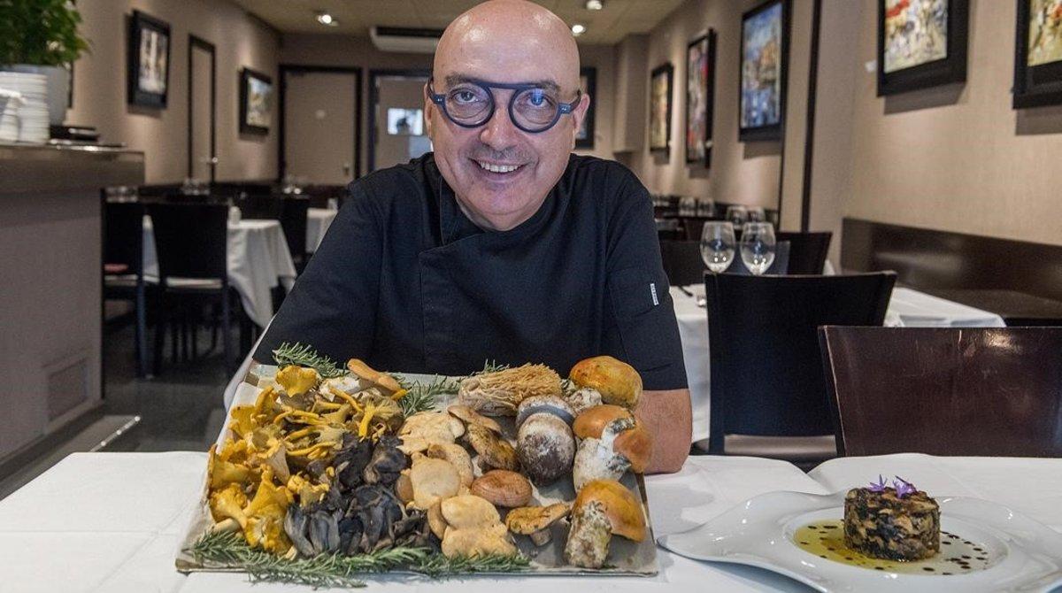 Josep Alvarez, del restauranteCan Valles muestra una espectacular bandeja con setas diversas y a su lado, el emplatado del timbal de setas con butifarra de perol.