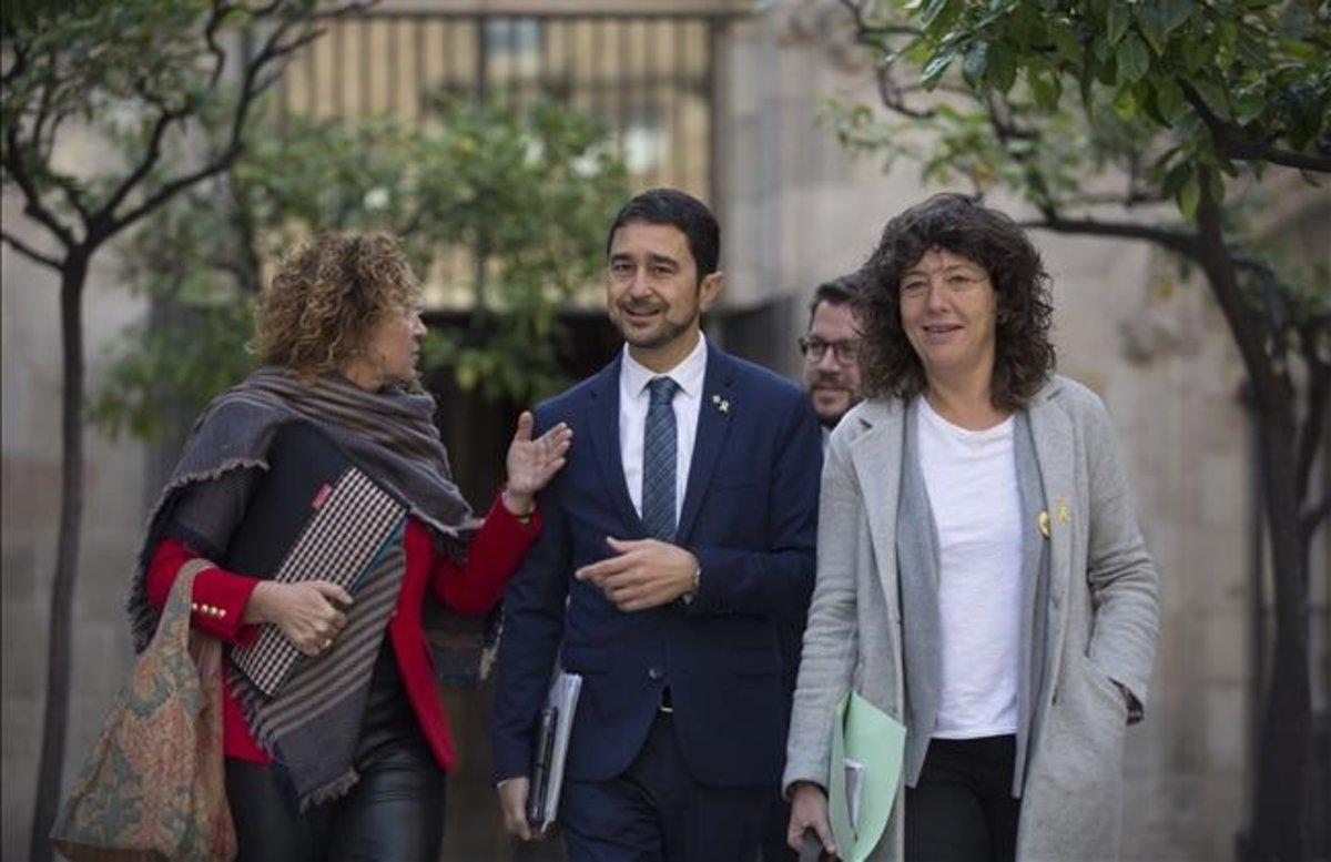 Los 'consellers' Ester Capella, Damià Calvet y Teresa Jordà antes de la reunión del consell executiu.