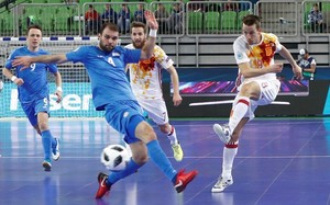 El jugador de la selección española Lin golpe el balón ante el kazajo Tayman en la semfiinal