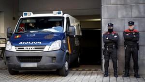 El furgón de la Policía con los cinco acusados de una supuesta violacion en San Fermín2016 abandona el Palacio de Justicia de Navarra.