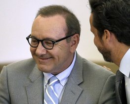 Kevin Spacey, con gafas, durante la vista en el tribunal de Nantucket, Massachusetts.