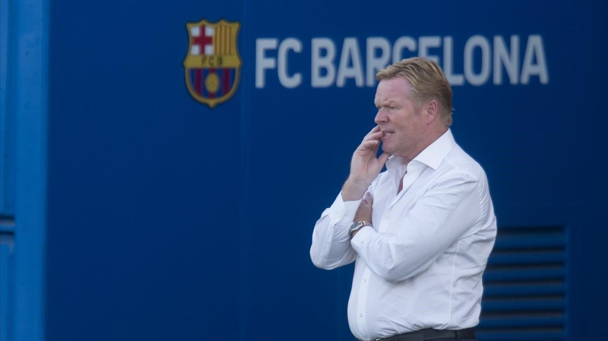 Koeman observa el Barça-Nàstic en el Estadi Johan Cruyff.