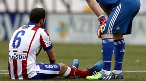 Koke Resurrección, tras lesionarse durante el partido entre el Atlético y el Madrid en el Calderón, el sábado pasado.