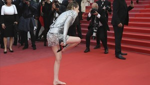 Kristen Stewart se descalza en la alfombra roja
