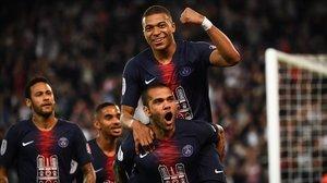 Kylian Mbappé celebra con sus compañeros del PSG un gol ante el Mónaco.
