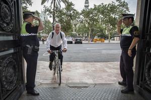 L'alcalde de València, Joan Ribó, arriba en bicicleta a l'ajuntament, aquest dilluns.