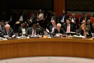 Lambaixador de Rússia, Vitaly Txurkin (esquerra), escolta la seva homòloga nord-americana, Samantha Poer (dreta), durant la reunió del Consell de Seguretat de lONU, aquesta matinada.
