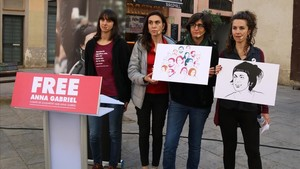 Las periodistas Natza Farré, Gemma Garcia y Txell Bonet, pareja de Jordi Cuixarty Gemma CodinaportavozdeFree Anna Gabrielen la presentación de la campaña.