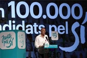 El líder de Junts pel Sí, Raül Romeva, durante su intervención en el acto central de campaña de la formación Junts pel Sí, en la Farga de L'Hospitalet.