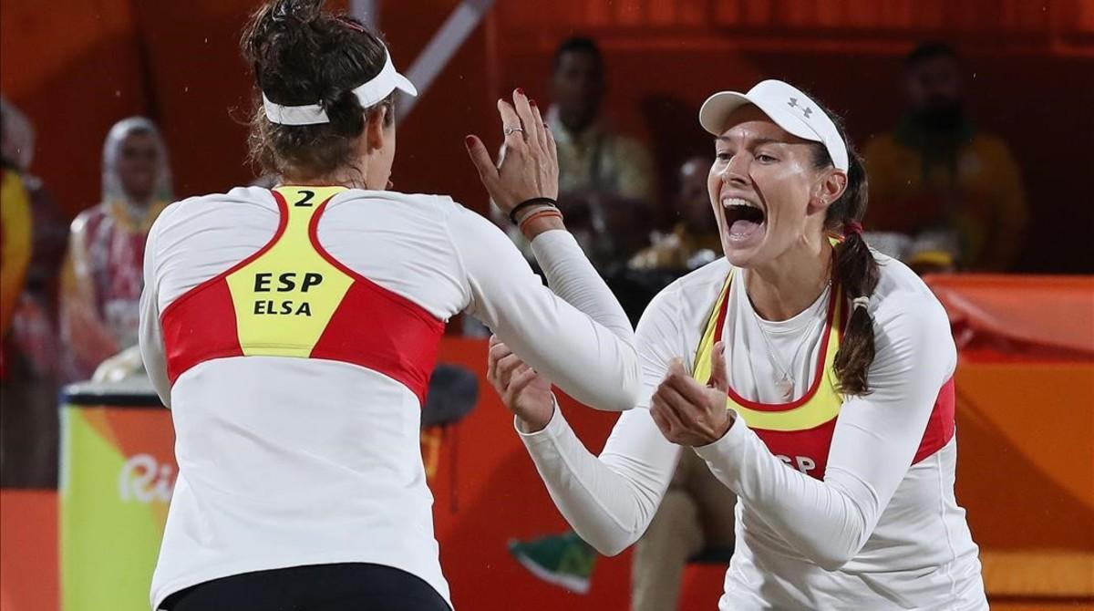 Liliana Fernández y Elsa Baquerizo se abrazan en su partido bajo la lluvia ante las brasileñas Ágatha y Bárbara en Copacabana.