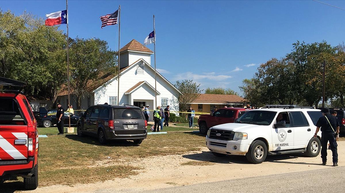 Los equipos de emergencia acuden a la iglesia donde se ha producido el tiroteo en Sutherland Springs.