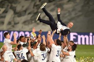 Los jugadores del Madrid mantean a Zidane después de asegurarse la Liga