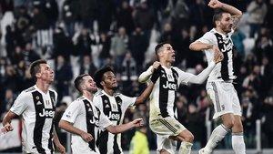 Los jugadores de la Juventus, con Cristiano en el centro, celebran la nueva victoria.