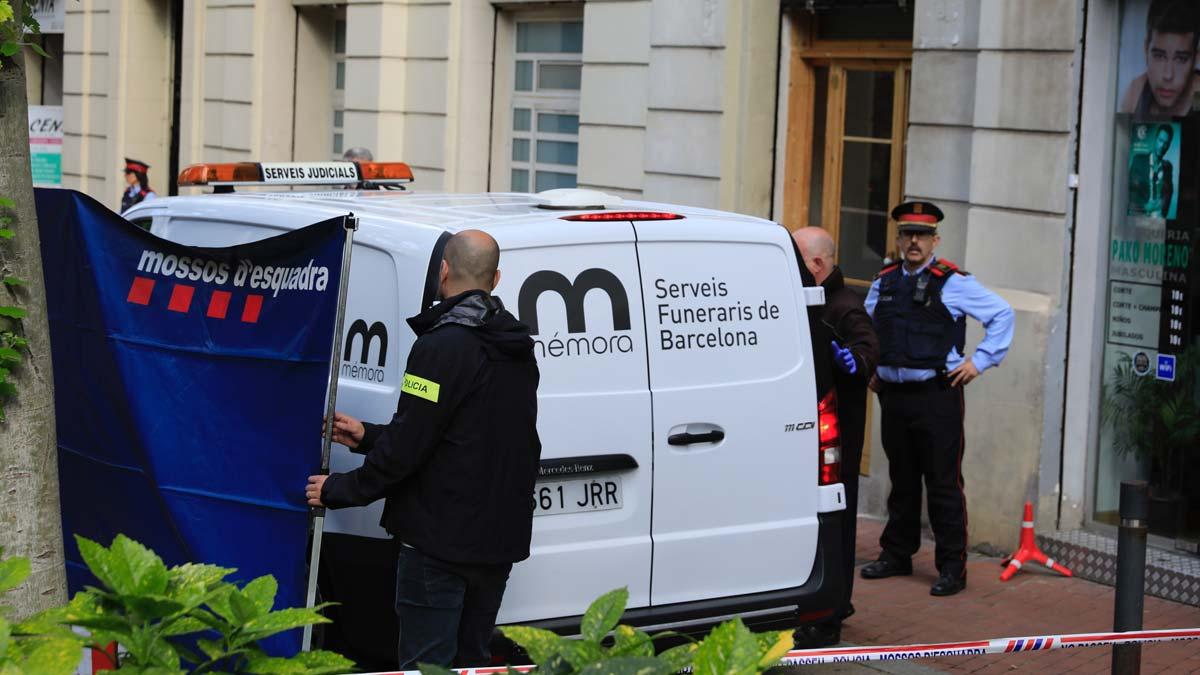 Los Mossos dEsquadra han descartado que el asesinato de una joven de 17 años en este bar de la avenida Mistral de Barcelona sea un crimen de violencia machista, ya que no han hallado ningún vínculo entre la víctima y el detenido.