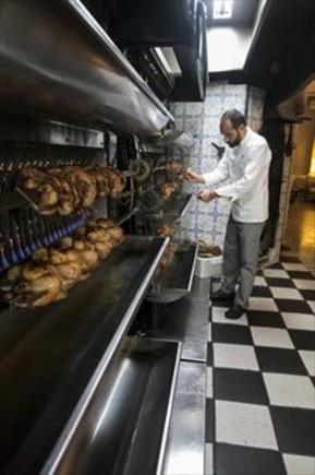 El pollo se sienta a la mesa en Barcelona