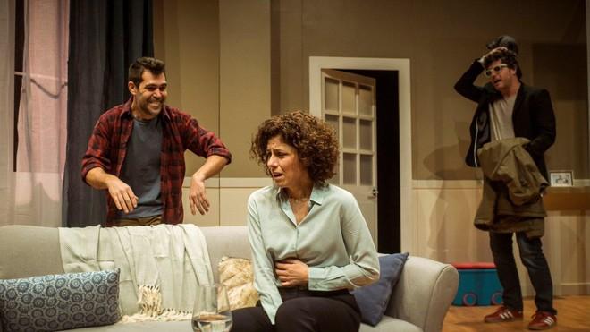 Òscar Muñoz, Anna Sahun y Ernest Villegas, en una escena de 'Mala broma', en la Sala Muntaner.