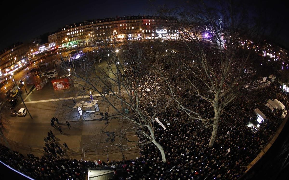 Manifestación antisemita en la plaza de la República de París.