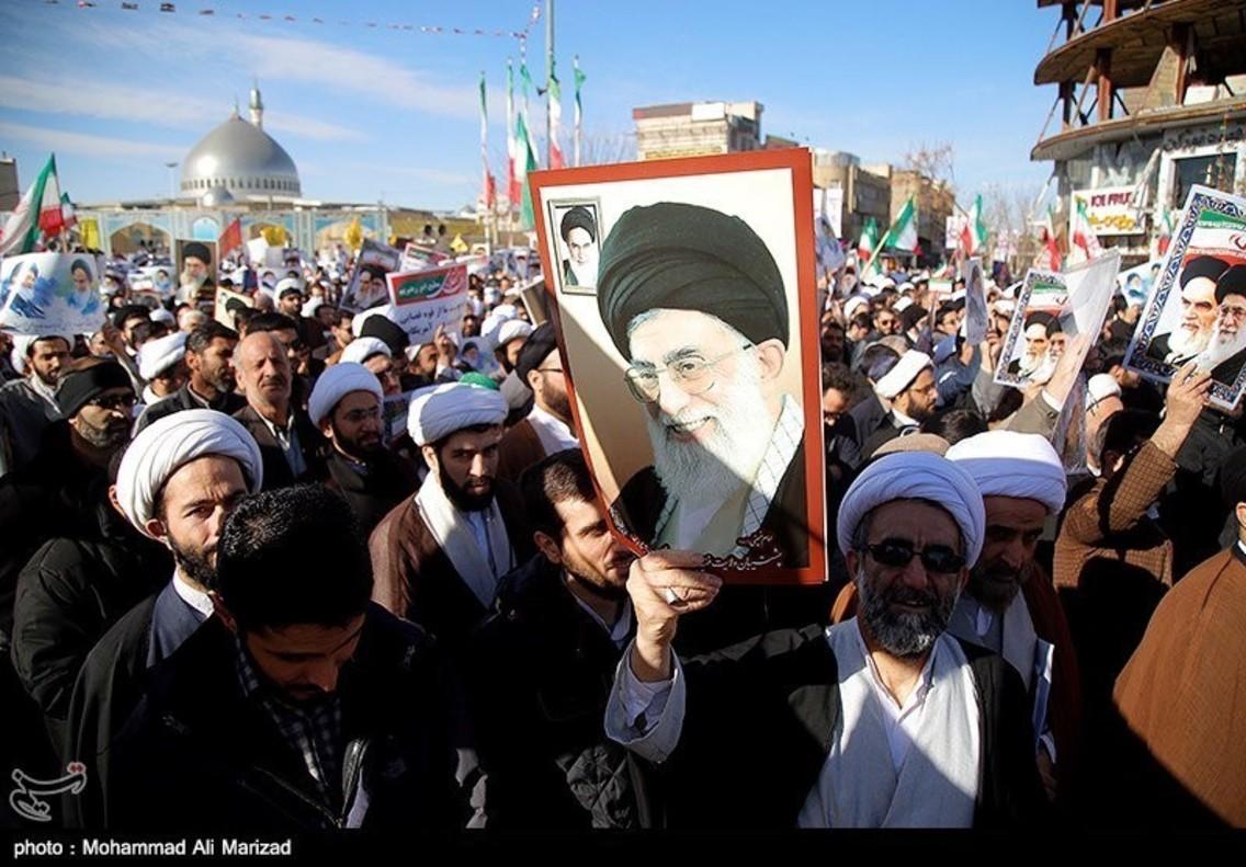 Manifestantes a favor del régimen iraní sostienen carteles con ilustraciones del líder, Alí Jamenei.