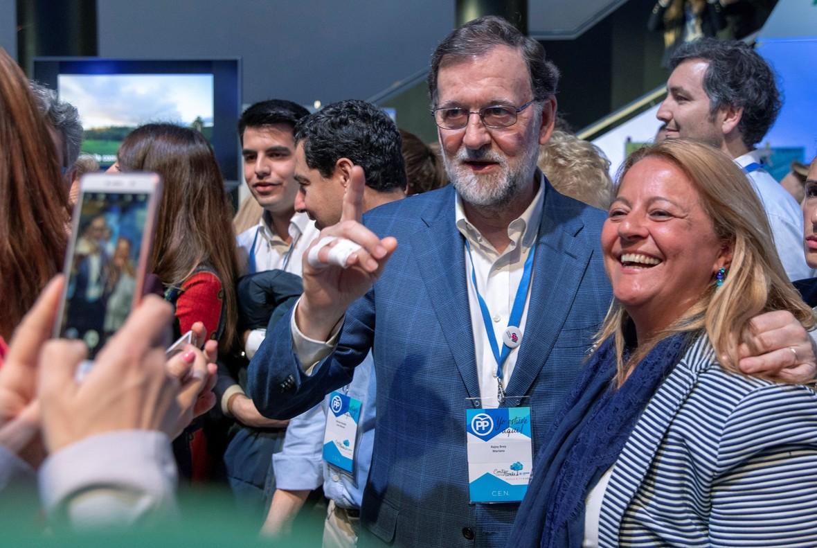 Mariano Rajoy posa con una militante en la convención nacional del PP, en Sevilla.