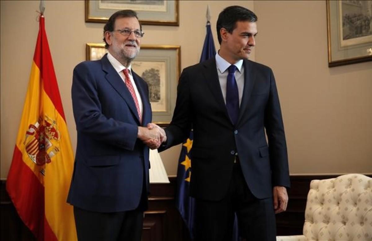 Mariano Rajoy y Pedro Sánchez se saludan antes del inicio de la reunión en el Congreso, el 2 de agosto.