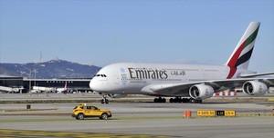 Más oferta 8Un A-380 de Emirates, en el aeropuerto de El Prat.