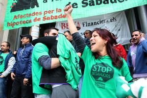 Membres de la PAH de Sabadell ocupen l'oficina del carrer d'Alfons XIII de Sabadell.