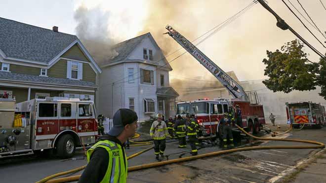 Al menos un muerto y 12 heridos tras múltiples explosiones de gas en viviendas deMassachusetts.