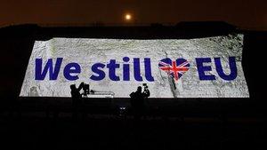 El mensaje 'Aún amamos a la UE' aparece proyectado en los acantilados de Ramsgate, en el sur de Inglaterra.